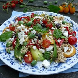 Quinoia-Feta-Salat mit Oliven, Melothria und Cocktailparadeiser