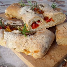 Mediterranes Brot mit Tomaten, Oliven und Knoblauch
