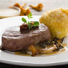 Bio-Weidejungrind-Steak mit Pfeffersauce und Erdäpfelflan