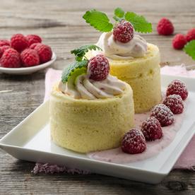 Heiße Liebe-Joghurtterrine im Biskuitmantel mit Holunderblütensirup