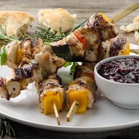 Gegrillte Freiland-Hühnerspieße mit Gemüse und Kräuter-Grillbrot