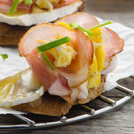 Kornspitzbaguette mit Camembert und Eierspeise