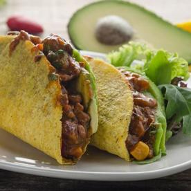 Tacos gefüllt mit Bio-Rinderchili und Avocado