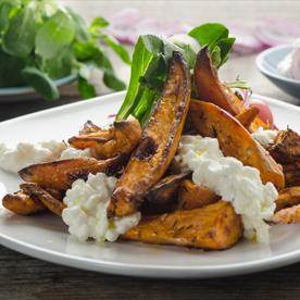 Ofengebackene Süßkartoffel-Wedges mit Vogerlsalat