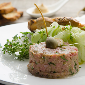 Beef Tatar vom Kalb mit Gurkenspaghettini und Vollkorncrostini