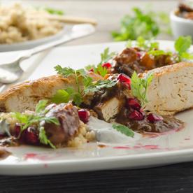 Hühner-Tajine mit Granatapfel, Minz-Joghurt und Rauchmandel-Couscous