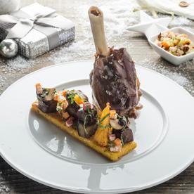 Geschmorte Lammstelze mit Gemüse und knuspriger Polenta