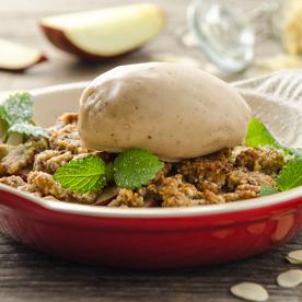 Apfel-Mandel-Crumble mit veganem Vanilleeis