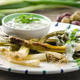Bio-Jungzwiebel in der Folie geschmort mit Oliven-Tzatziki