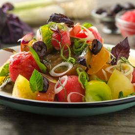 Salat mit Paradeiserraritäten, Wassermelone und Oliven