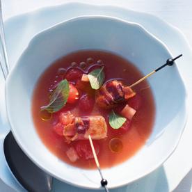Geeiste Melonen-Paradeiser-Suppe mit Schafkäse in knusprigem Speck