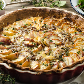 Pfirsich-Almwirtskäse-Tarte mit karamellisierten Schalotten
