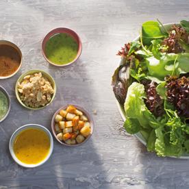 Salatbar mit Knusper und Dressings