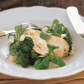 Gebratener Brokkoli in Apfelvinaigrette mit knuspriger Hendlbrust