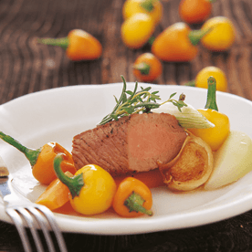 Lammrückenfilet gebraten mit glaciertem Gemüse und Paprika