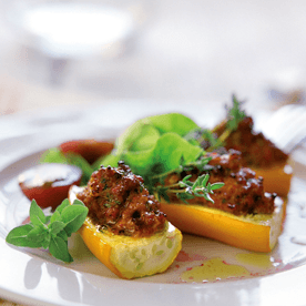 Gefüllte Zucchini mit kleinem Salat