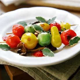 Paradeiser-Spießchen mit Waldpilzen und Salbei