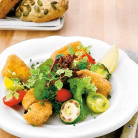 Backhendlsalat mit gebratenen Zucchini und Paradeisern