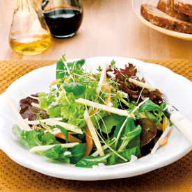Herbstlicher Salat mit Apfelessig und Sonnenblumenöl