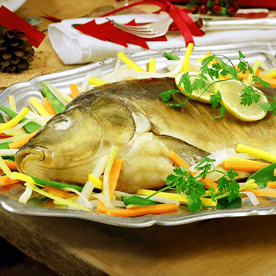 Weihnachtskarpfen mit Gemüse in der Folie gegart