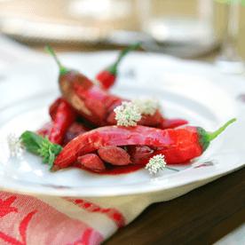 Pfefferoni mit Frankfurter gefüllt auf Chilisugo