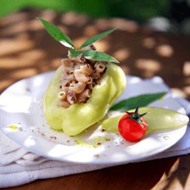Paprika mit Hörnchensalat gefüllt und Zitronenaroma
