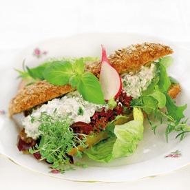 Salatpaste mit Vollkornriegel und Kräutern