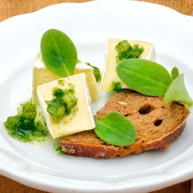 Camembert mit Borretsch und Sonnenblumenöl mariniert