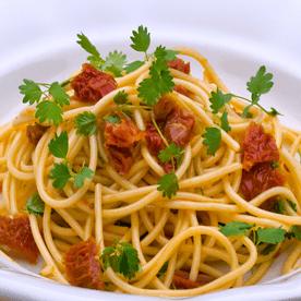Spaghetti mit Pimpernelle, Olivenöl und getrockneten Paradeisern