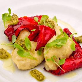 Sauerampfernockerl mit gegrilltem Paprika und Pesto
