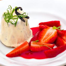 Parfait vom Spitzwegerich mit Vanille und Erdbeeren
