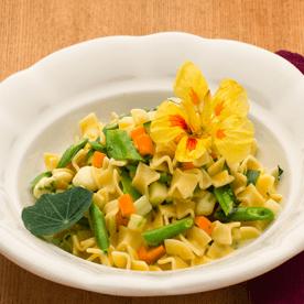 Gemüsefleckerl mit Mozarella und Kapuzinerkresse