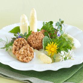 Knusprige Dinkelknödel mit mariniertem weißen Spargel und Frühlingskräutern