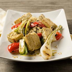 Knuspriger Tofu mit gegrilltem Gemüse (vegan)