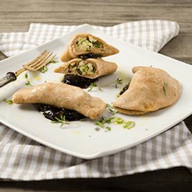 Zucchini-Tofu-Teigtaschen mit rotem Zwiebel-Chutney (vegan)