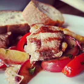 Pfirsich-Gemüse-Salsa mit knusprigem Lamm