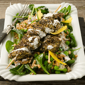 Gebratene Hühnerbrust-Spieße auf lauwarmen Dinkel-Erbsen-Spinat-Joghurt-Salat