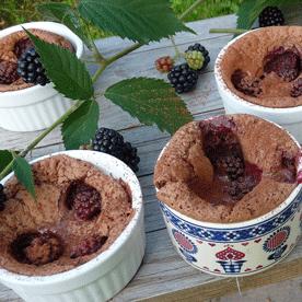 Überbackenes Mousse au Chocolat mit Brombeeren