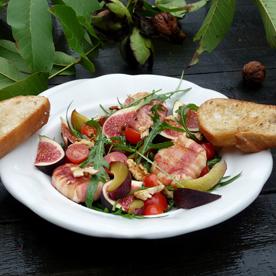 Rucola-Feigen-Salat mit Zwetschken und Nüssen
