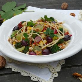 Walnuss-Spaghetti mit Zucchini, Oliven und Weintrauben