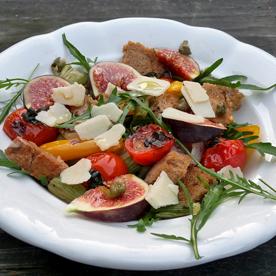 Warmer mediterraner Brotsalat mit Rucola und Feigen