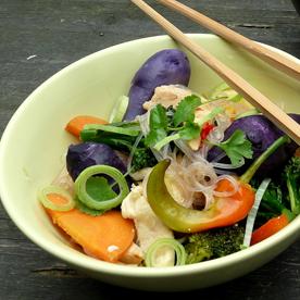 Gebratene Nudeln mit Brokkoli, Chili und süß-saurem Hühnerfilet