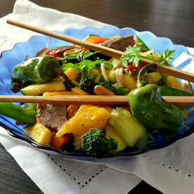 Rinderfilet-Pfanne mit Mango, Erdnüssen und Gemüse