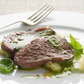 Schaumige Eigelb-Basilikum-Sauce mit Weidejungrind-Minutensteaks