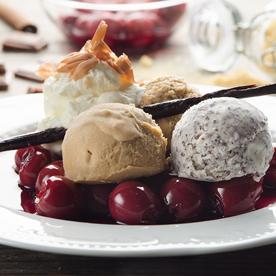 Haselnuss-Mohn-Eis mit marinierten Kirschen und Schokosplittern