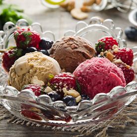Weichsel-Schokoladen-Haselnuss-Eis mit marinierten Beeren