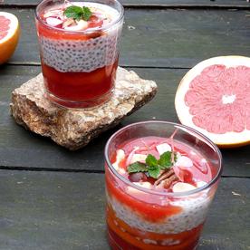 Warme Chiasamen-Milch mit Blutorangen und Nüssen