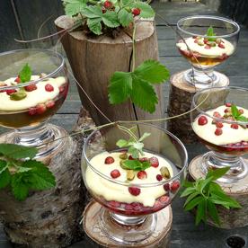 Gelee von der Zitronenverbene mit Vanillecrème und Walderdbeeren