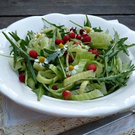 Rucola-Fenchel-Salat mit Walderdbeeren und grünem Pfeffer