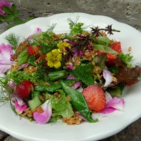 Warmer Einkornsalat mit Erbsenschoten, Erdbeeren und Rosenblüten
